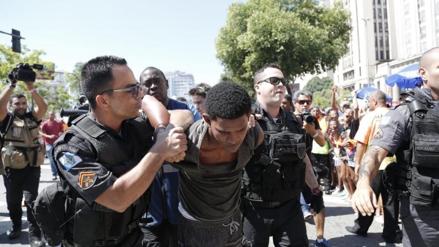 Suspeito de roubo é detido pela polícia durante o Bloco das Poderosas, que foi paralisado por um momento por conta do incidente - Marcelo de Jesus/UOL