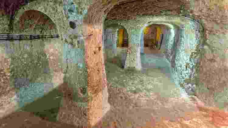 Trechos de Derinkuyu se localizam dezenas de metros abaixo do nível do solo - Ozbalci/Getty Images