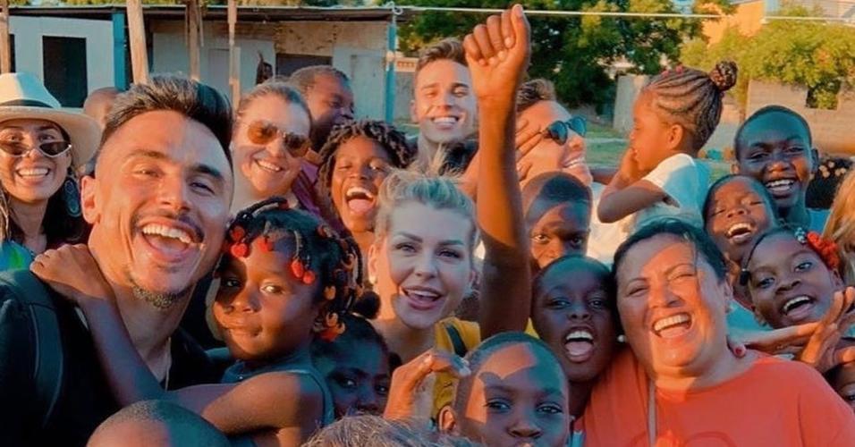 Willian Bigode e Raphael Veiga com crianças carentes em Angola