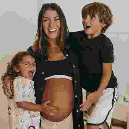 Mariana Uhlmann com os filhos Joaquim e Maria; ela está grávida de Vicente - Reprodução/Instagram