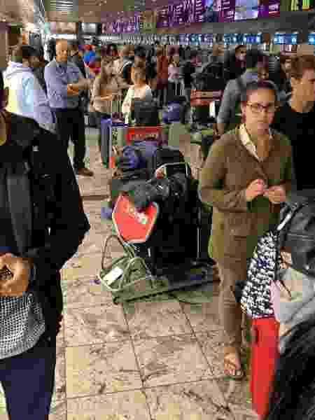 Multidão de passageiros aguarda respostas em Aeroporto de Johanesburgo - Reprodução/Whatsapp