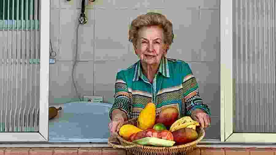 """Fotografada por sua vizinha, a professora aposentada vem enfrentando o isolamento sozinha, """"mas não solitária!"""" - Andrea Setti"""