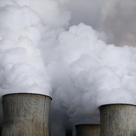 Fumaça sai de torres de refriamento em usina de carvão - Wolfgang Rattay/Reuters