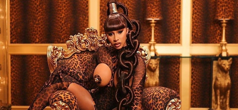 """Cardi B no videoclipe para a música """"WAP"""" com peças de leopardo, que disparou a busca pelas estampas na internet após o lançamento - Divulgação"""