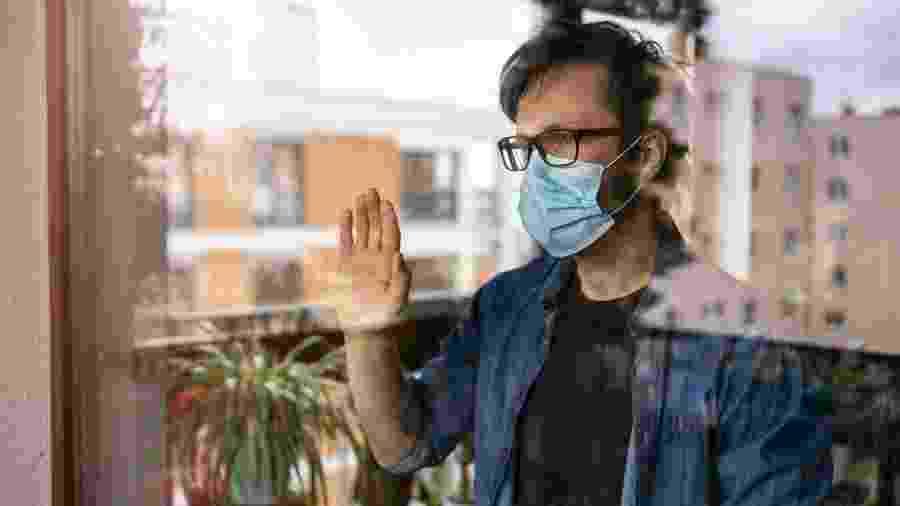 isolamento social, pandemia, homem com máscara - iStock