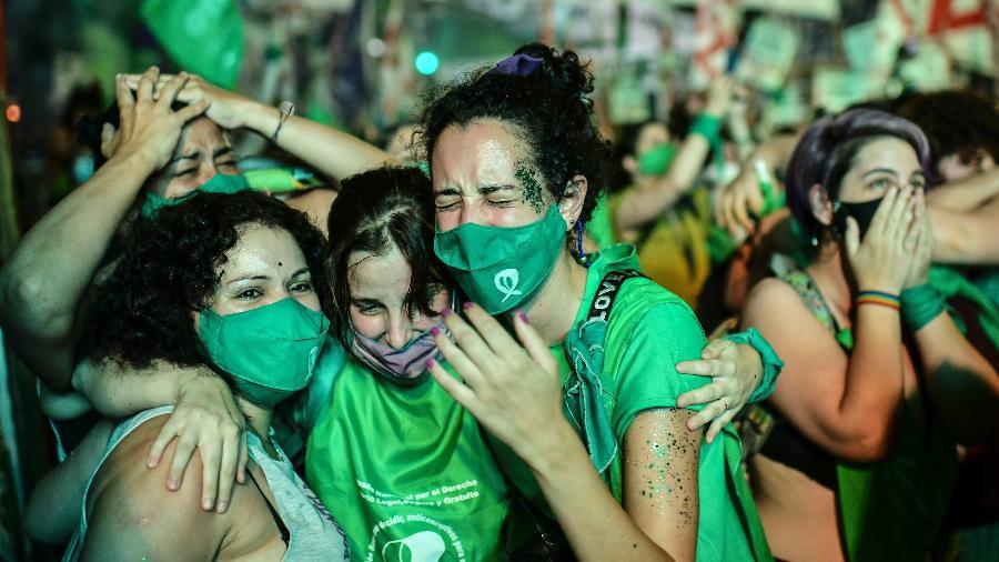 30.dez.2020 - Ativistas celebram decisão do Senado que aprovou legalização do aborto na Argentina - Ronaldo Schemidt/AFP