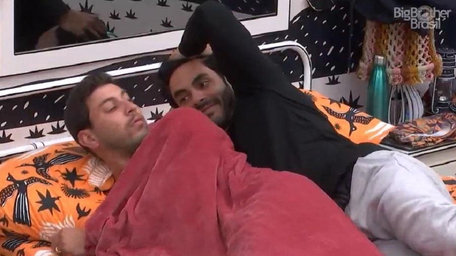 BBB 21: Rodolffo tenta dormir de conchinha com Caio - Reprodução/Globoplay