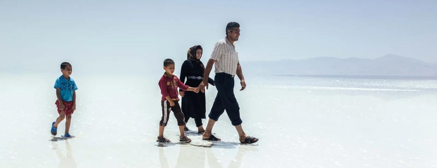 Família caminha pela crosta de sal seca e dura do outrora Lago Urmia, no Irã - Solmaz Daryani