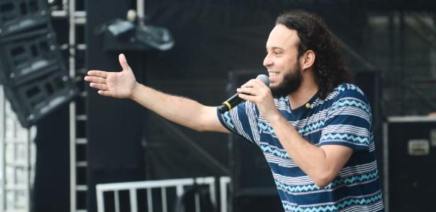 Gabriel, o Pensador, durante um show; músico é dono da empresa que cobra o Santos