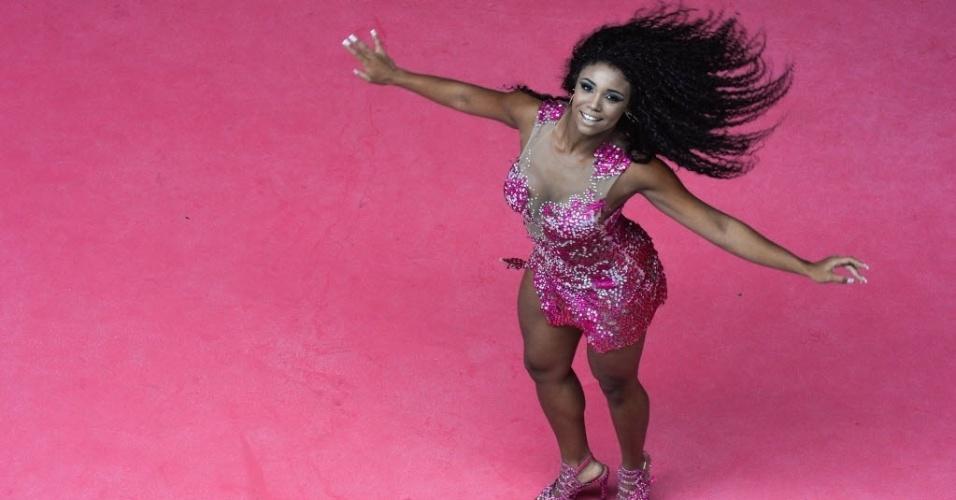 Evelyn Bastos apresenta o samba no pé que vai empolgar a Sapucaí