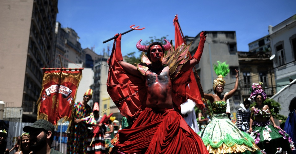 31.jan.2016 - O bloco Escravos de Mauá, que foi fundado em 1993, leva foliões ao Largo de São Francisco da Prainha, no Rio de Janeiro.