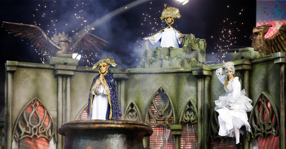 6.fev.2016 - Nossa Senhora surge de caldeirão em carro alegórico da Águia de Ouro no primeiro dia de desfiles do Carnaval de SP