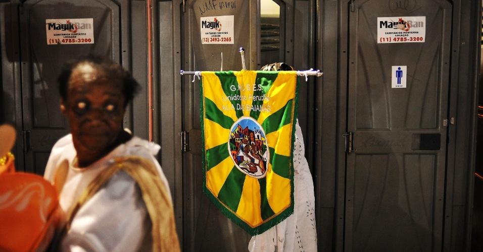 7.fev.2016 - Integrantes da Unidos do Peruche aproveitam para usar o banheiro ao final do desfile