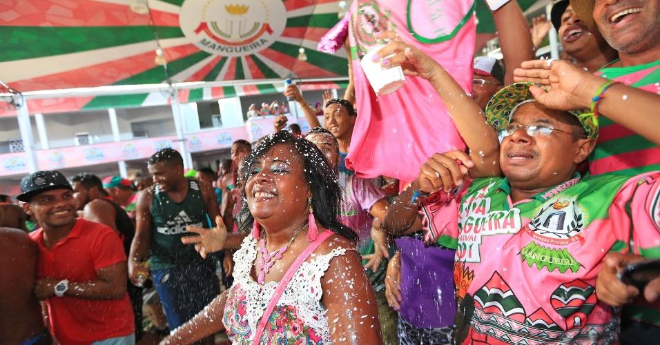 10.fev.2016 - Mangueirenses fazem festa logo após a apuração das escolas do samba do Rio, que deu à Mangueira o título de campeã do Carnaval 2016