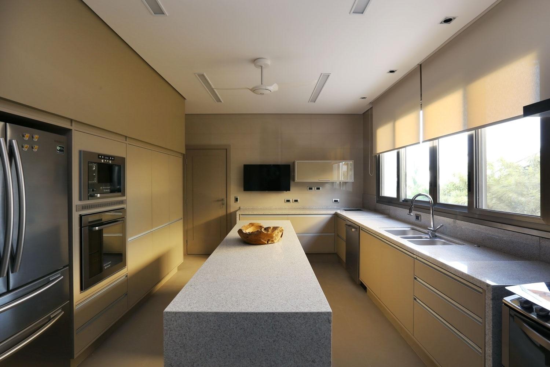 Embora a cozinha tivesse janelas grandes e fosse bem ventilada, a certificação sustentável avaliaria níveis de radônio no ar - elemento químico proveniente do atrito com solos rochosos e ferrosos. Por isso, a exaustão foi indispensável. A iluminação com LEDs é fria, dimerizável e setorizada e as persianas são da Uniflex. A casa Campinas tem projeto de arquitetura de Teresa d'Ávila