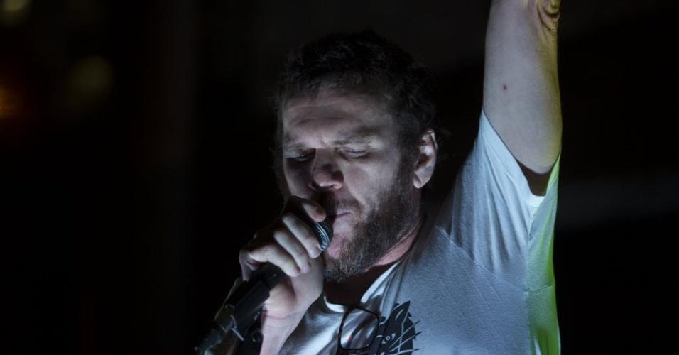 18.mai.2016 - O cantor Otto se apresenta na sede da Funarte no Rio, em protesto contra o fim do Ministério da Cultura