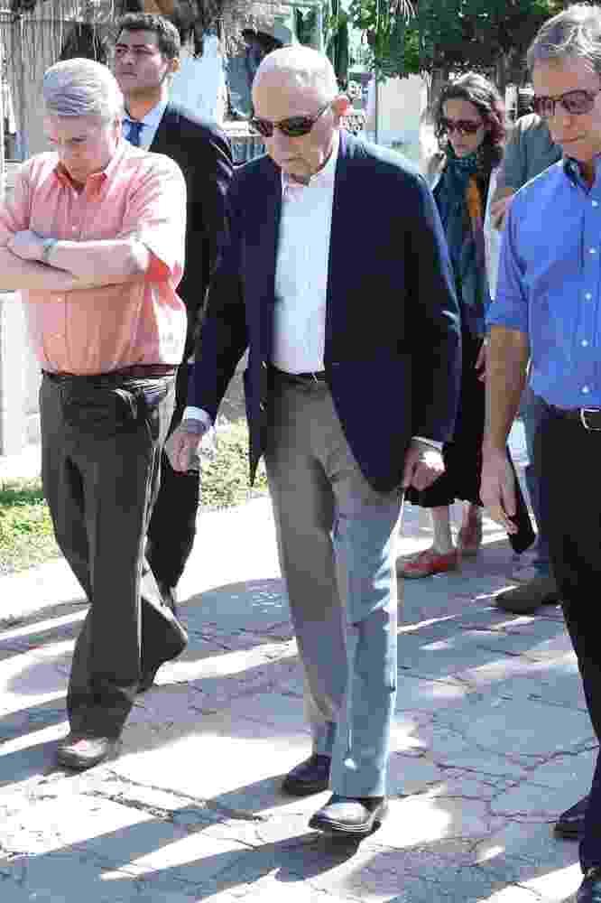 8.jul.2016 - O almirante Alfredo Karan, pai de Guilherme Karan, chega para o velório do filho no Cemitério São João Batista, no Rio de Janeiro - Roberto Filho/Brazil News