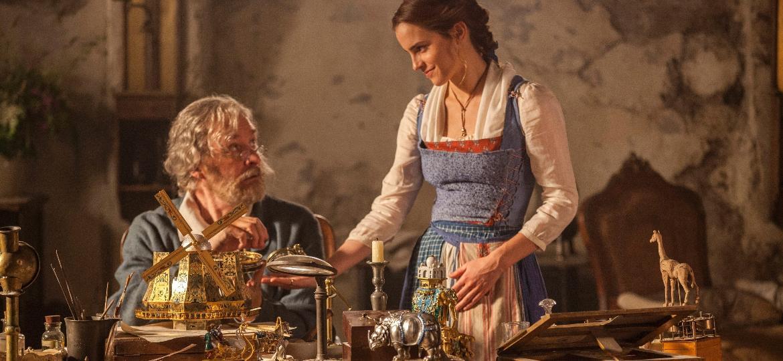 """A protagonista Emma Watson aparece em cena de """"A Bela e a Fera"""" com o ator Kevin Kline - Laurie Sparham/Disney/Divulgação"""