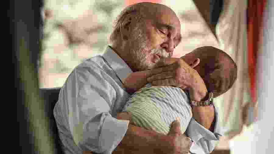 Dr. Rupp se emociona ao encontrar o neto - Ramón Vasconcelos/Globo