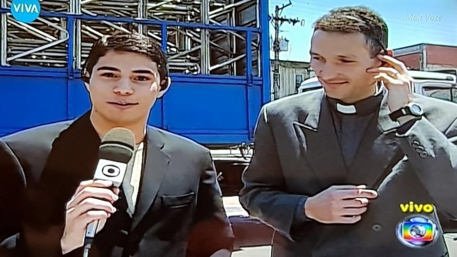 """Evaristo Costa entrevista o padre Marcelo Rossi em reprise do """"Mais Você"""" no canal pago Viva - Reprodução/Viva"""