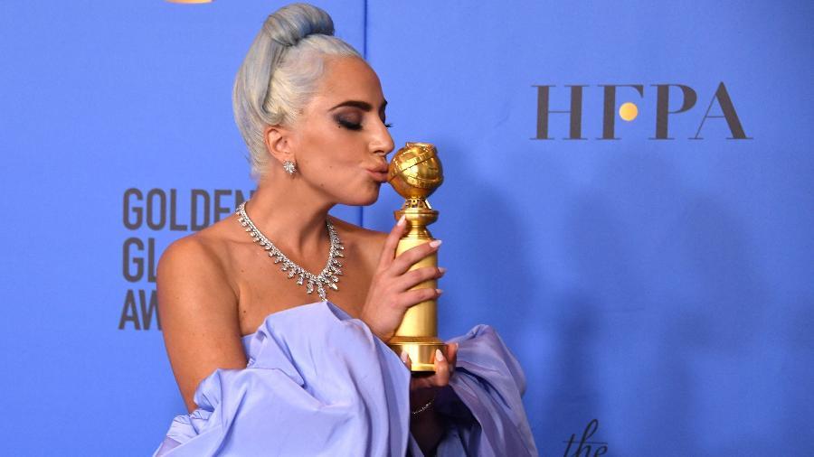 """Lady Gaga beija seu Globo de Ouro; """"Shallow"""" foi premiada como melhor canção original - Mark Ralston/AFP"""