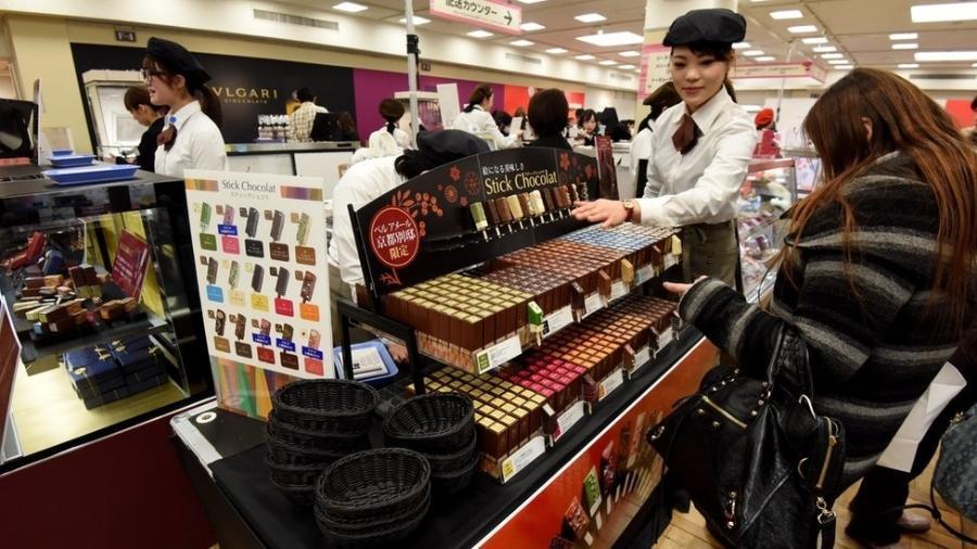 Na tradição japonesa, mulheres dão chocolate para colegas de trabalho - Getty Images