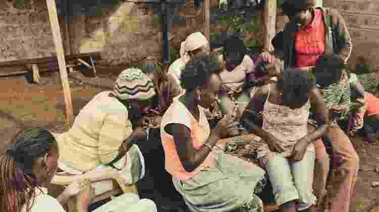 Angelina também fotografava o que flagrava pelo caminho, como estas meninas aprendendo artesanato, no Quênia - Arquivo pessoal - Arquivo pessoal