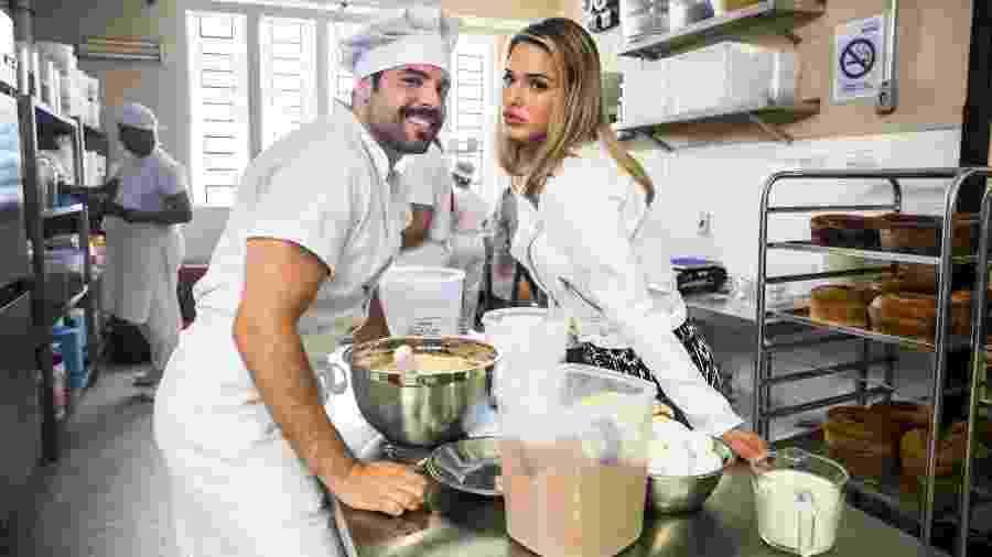 Abel (Pedro Carvalho) e Britney (Glamour Garcia) em A Dona do Pedaço - João Miguel Júnior/Globo