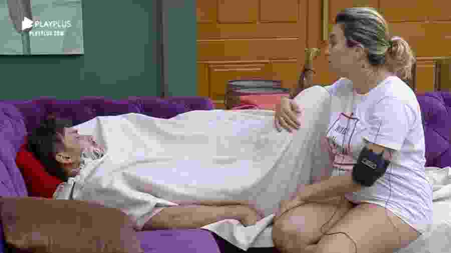 Thayse Teixeira e Lucas Viana conversam no sofá - Reprodução/Playplus