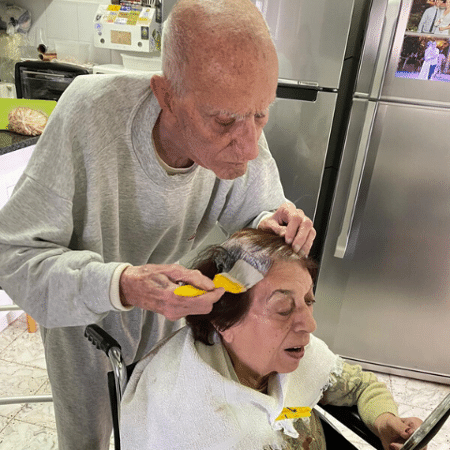 Idoso pinta o cabelo da esposa na quarentena - Reprodução/Facebook