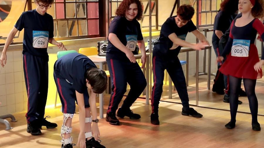 Hugo e Eric praticam bullying com Bento ao vê-lo com suas pernas robóticas - Lourival Ribeiro/SBT