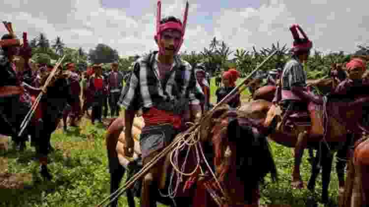 Homens sumbaneses em seus cavalos no Festival de Pasola - uma religião animista é muito praticada na ilha - GETTY IMAGES - GETTY IMAGES