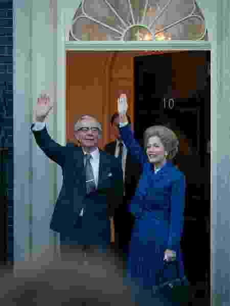 Stephen Boxer e Gillian Anderson como Denis e Margaret Thatcher em 'The Crown' - Reprodução/Twitter - Reprodução/Twitter