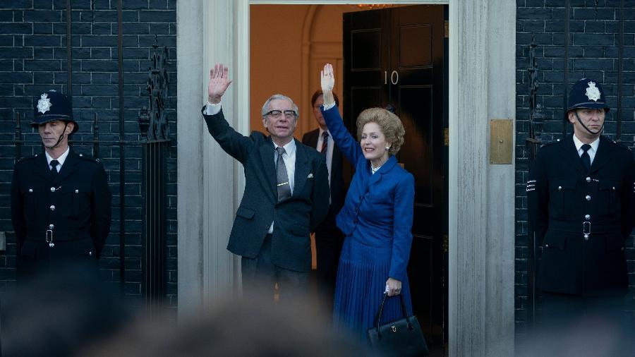 """Stephen Boxer e Gillian Anderson como Denis e Margaret Thatcher em """"The Crown"""" - Reprodução/Twitter"""
