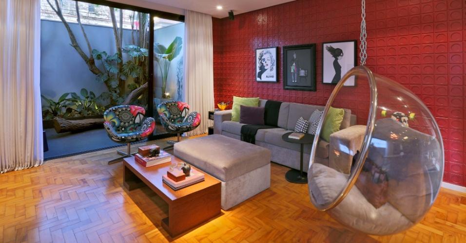 A arquiteta Renata Popolo, sem mexer na estrutura original da casa Sumaré, modificou os caixilhos, instalando versões em alumínio com acabamento em pintura preta eletrostática. A sala está integrada ao jardim interno por uma porta de correr. O tecido para poltronas Swan (Arne Jacobsen) são da designer Adriana Barra. Os quadros, da Urban Arts, e as almofadas, da Tantum, se destacam junto à poltrona Bubble, de balanço, criada em 1968, por Eero Aarnio