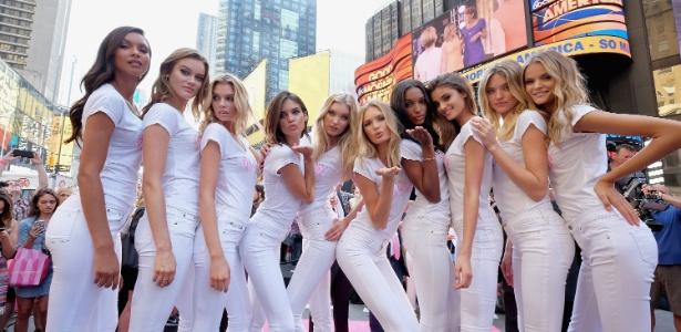 Novas angels posam na Times Square durante lançamento da coleção Body by Victoria - Getty Images