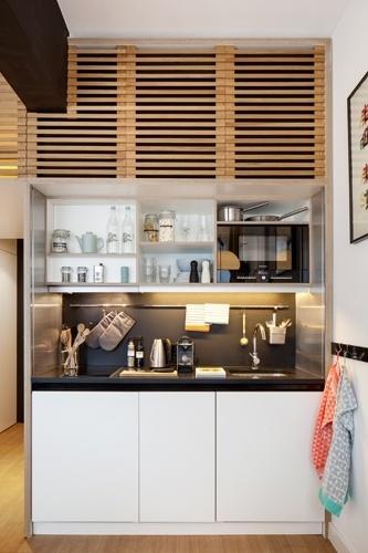 Apesar de o loft Zoku possuir os serviços de quarto (como de um hotel), a cozinha é equipada com cooktop, pia, máquina de lavar louça, geladeira, micro-ondas e máquina de café. Esse cantinho para preparar refeições dá uma atmosfera de lar ao loft alugado