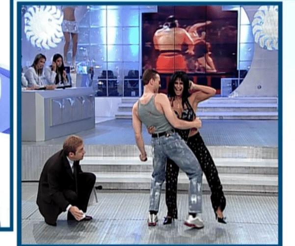 23.ago.2015 - Ao falar sobre o vídeo, na qual aparece dançando com Jean-Claude van Damme supostamente excitado, Gretchen demonstrou irritação e sugeriu que o ator é gay