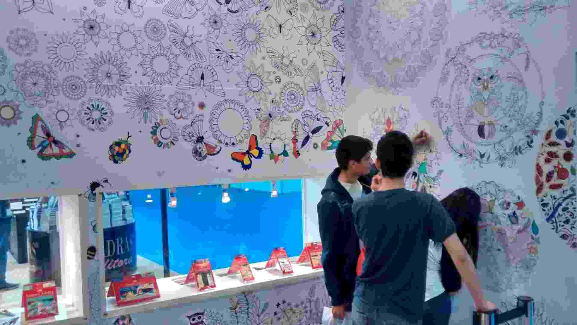 3.set.2015 - Livros de colorir ainda são destaque na 17ª edição da Bienal Internacional do Livro teve início nesta quinta (3) - Rodrigo Casarin/UOL
