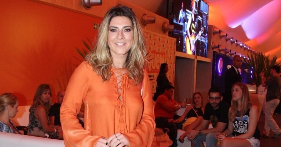 18.set.2015 - Fernanda Paes Leme apostou num look laranja para curtir a noite