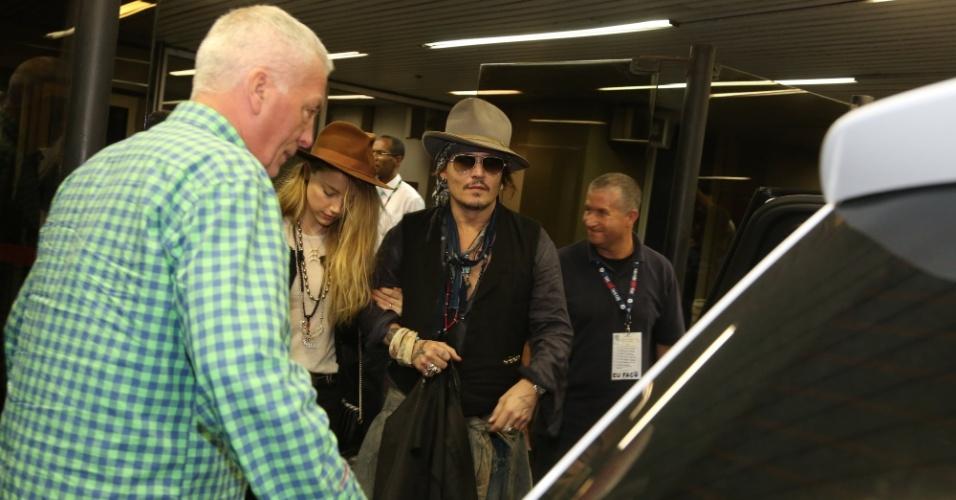 22.set.2015- Um das atrações do Rock in Rio na próxima quinta-feira (24) com a banda  Hollywood Vampires, Johnny Depp já chegou ao Brasil. O ator e a noiva Amber Heard estão hospedados no Copacabana Palace