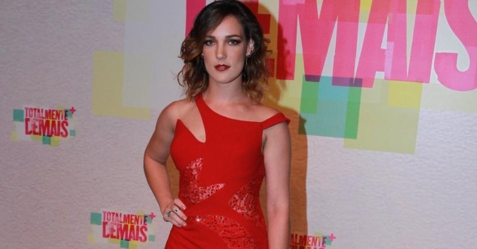 5.nov.2015 - Adriana Birolli aposta no vestido vermelho para a festa de ecbe7acef2