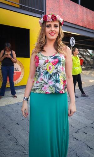 23.jan.2016 - A publicitária Carine tedesco, 32, apostou em um look colorido, com uma coroa de flores na cabeça, para curtir a noite no CarnaUOL, que acontece no Urban Stage, em São Paulo.