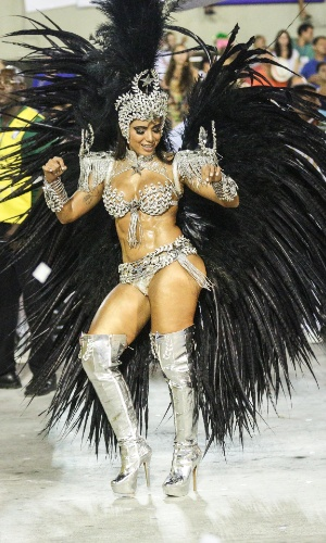 08.fev.2016 - Estreando na Marquês de Sapucaí, a cantora Anitta sambou muito como musa da Mocidade Independente de Padre Miguel.
