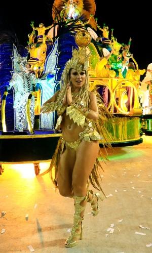 8.fev.2016 - Fernanda Lacerda, a Mendigata, samba na Sapucaí durante o desfile da Grande Rio, na madrugada desta segunda-feira