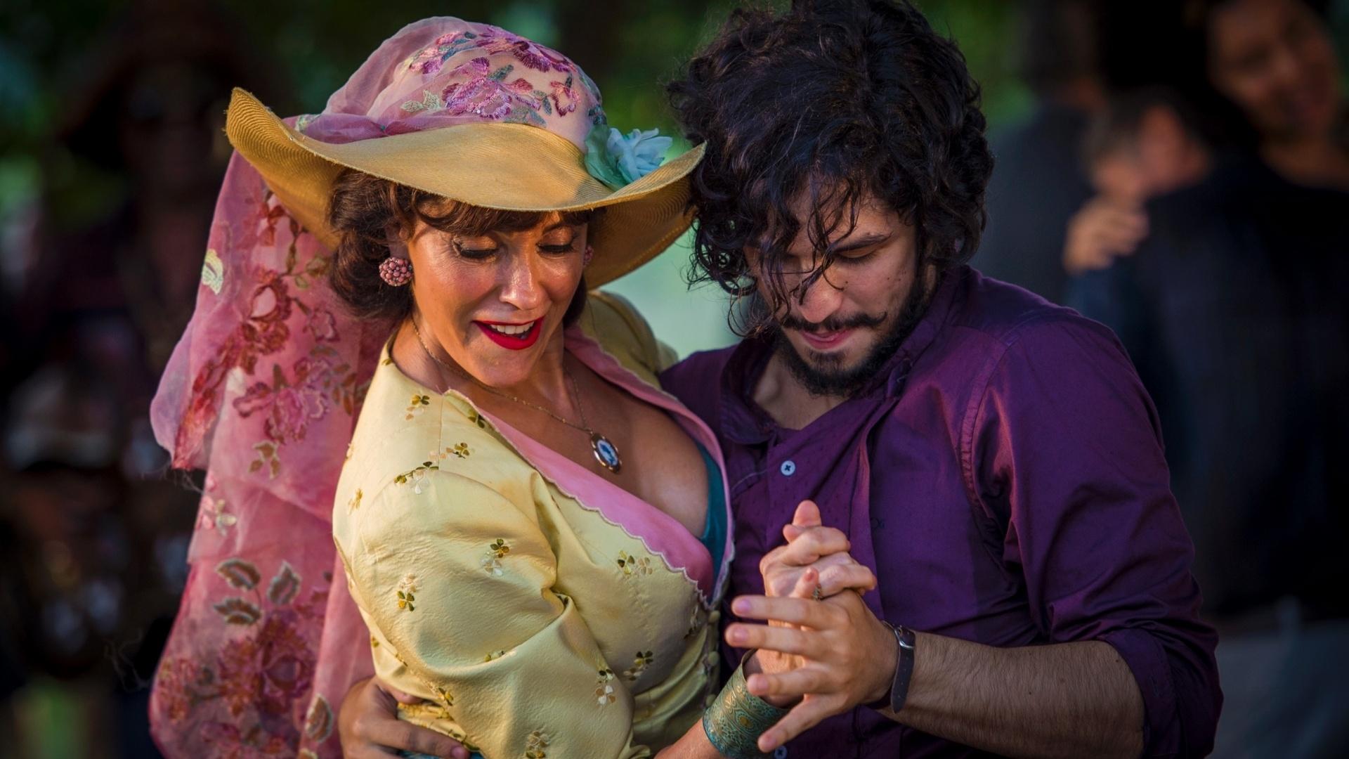 29.abr.2016 - Iolanda (Christiane Torloni) dança com Miguel (Gabriel Leone) na festa que Afrânio (Antonio Fagundes) deu para receber o neto em Grotas do São Francisco