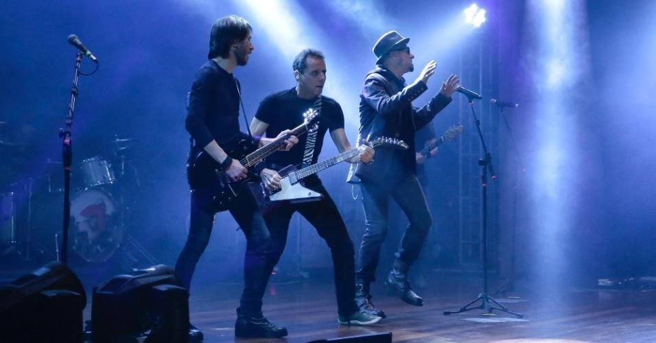 15.out.2016 - Rita Lee prestigia o filho, Beto Lee, no show dos Titãs, que aconteceu neste sábado, no teatro J.Safra, em São Paulo