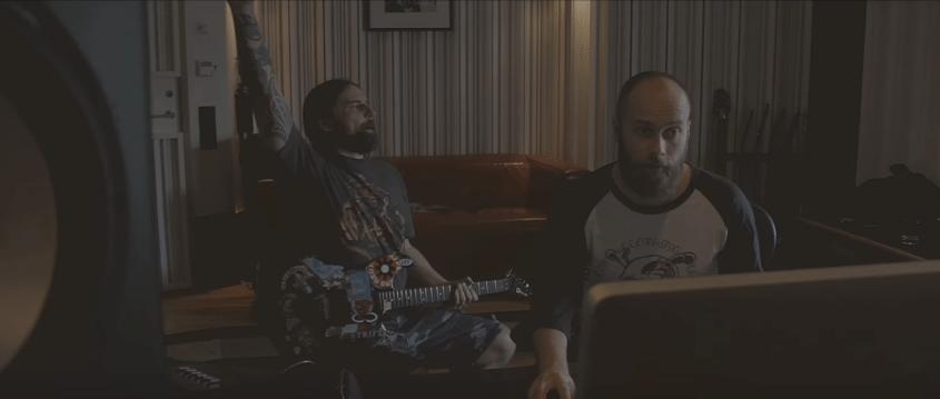 O guitarrista do Sepultura, Andres Kisser, e o produtor sueco Jens Bogren durante gravação do álbum