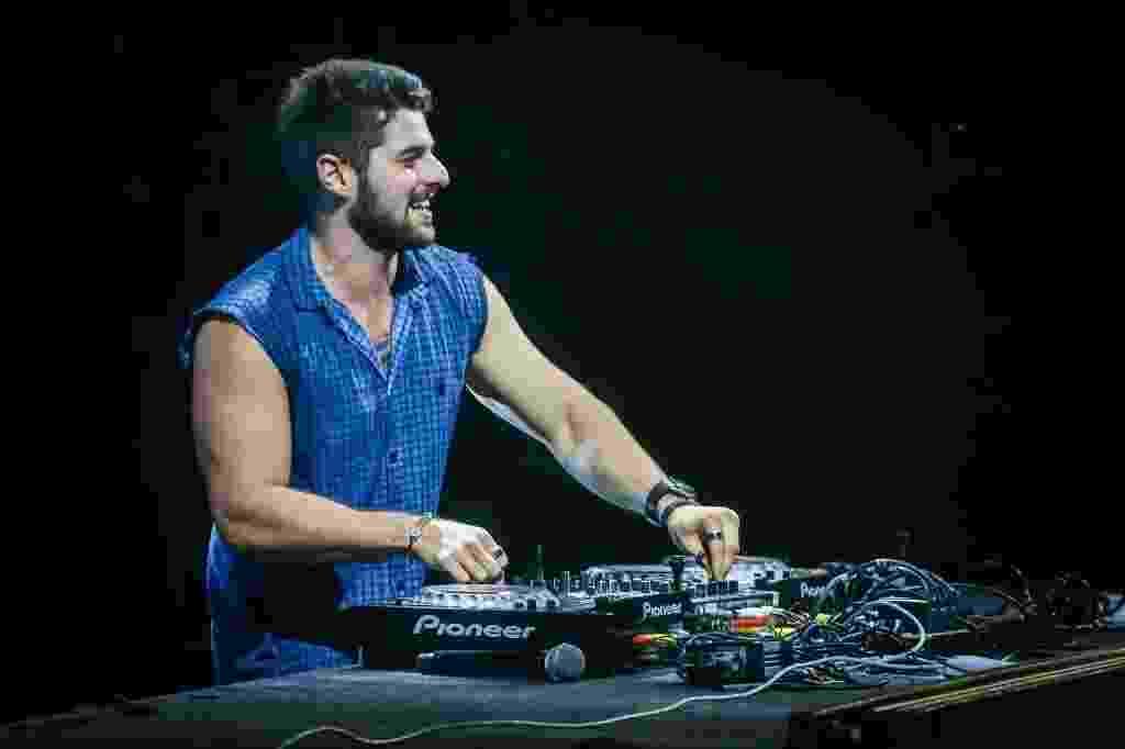 """18.fev.2017 - DJ Alok levanta público no Festival CarnaUOL SP, no Canindé. Na hora de seu maior hit, """"Hear Me Now"""", Marcos Zeeba subiu ao palco para cantar ao vivo com o DJ - Edson Lopes Jr./UOL"""