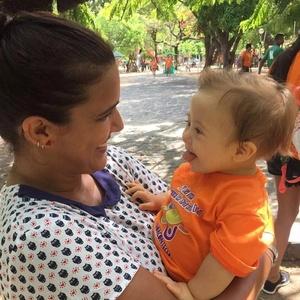 Juliana Preto posa com o sobrinho Fernando, de 11 meses
